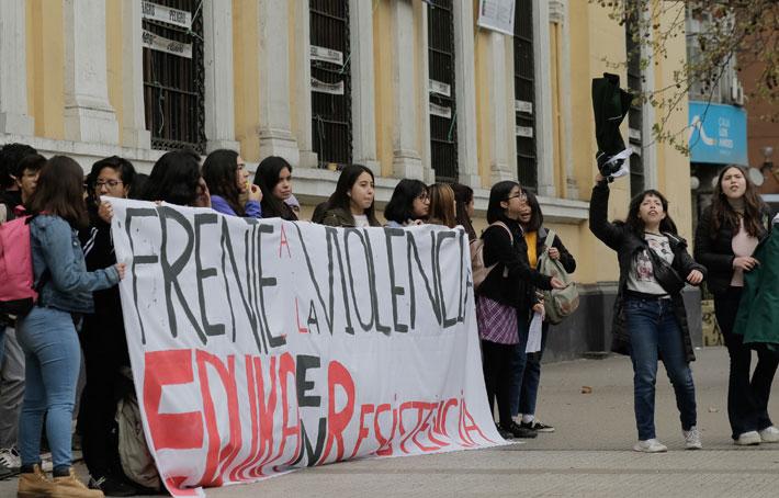 """Toma de casa central de la U. de Chile: Alumnas acusan a decano de Artes de encubrir """"prácticas violentas"""""""