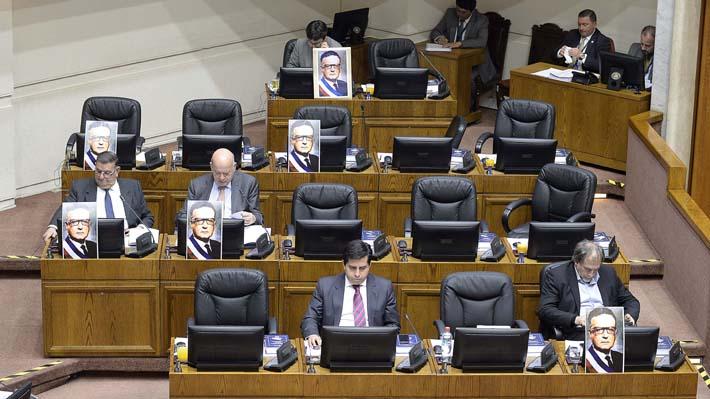 Solo tres senadores de Chile Vamos participaron en minuto de silencio por las víctimas de la dictadura