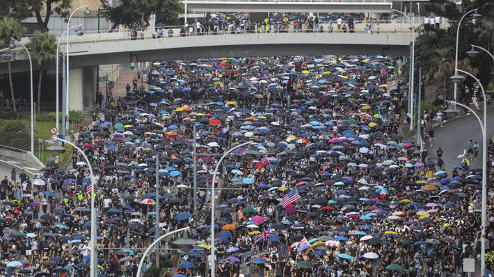 Miles de personas marchan por zona comercial en Hong Kong pese a rechazo policial