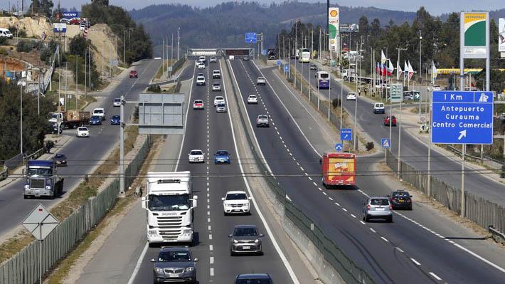 """Más de 500 mil vehículos ya abandonaron la RM y MOP dice que """"carreteras funcionan bien"""" pese a alto flujo"""