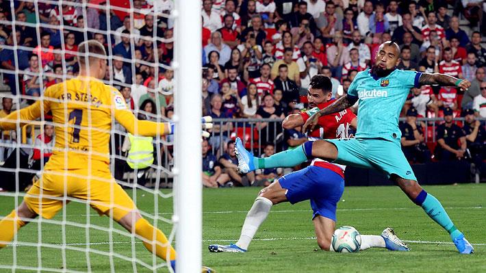 Había entrado apenas dos minutos antes... Mira el penal que cometió Vidal en la caída del Barcelona ante el Granada