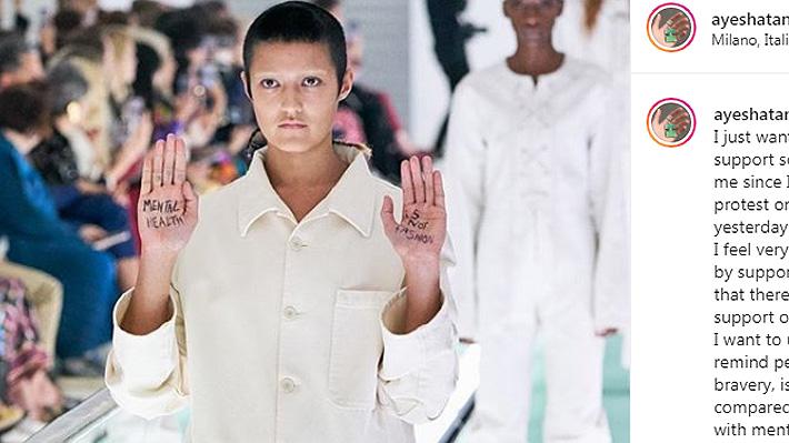 """Modelo realiza protesta en pasarela de Milán por atuendos similares a camisas de fuerza: """"La salud mental no es moda"""""""