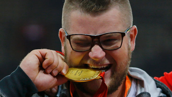 Insólito: Oro en lanzamiento de martillo quedó ebrio y pagó con su medalla un taxi en Beijing