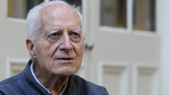 """A los 102 años falleció el sacerdote jesuita José Aldunate Lyon, el """"cura obrero"""""""
