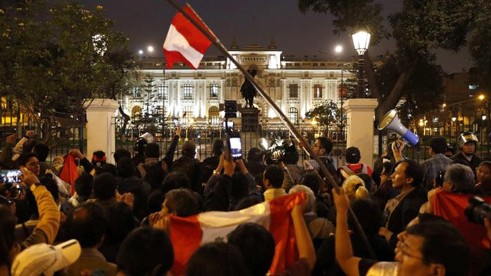 Peruanos protagonizan marchas en varias ciudades del país para manifestar apoyo a disolución del Congreso