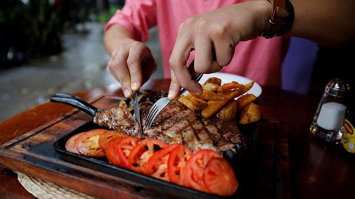 Investigación que pone en duda los beneficios de reducir el consumo de carne roja causa polémica entre los científicos