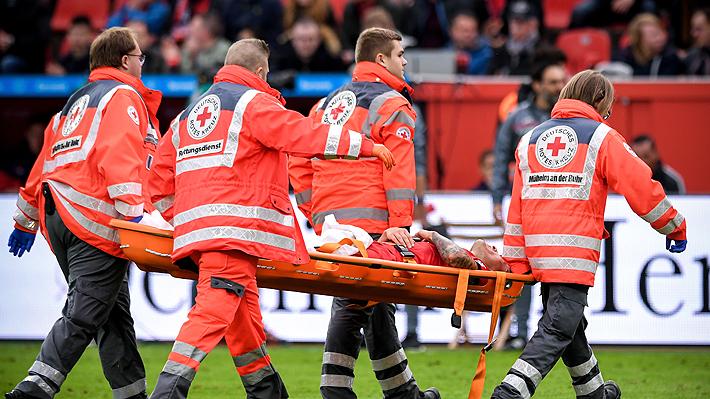 """Se encienden las alarmas en la """"Roja"""": Mira el planchazo por el que Aránguiz salió lesionado en el Leverkusen"""