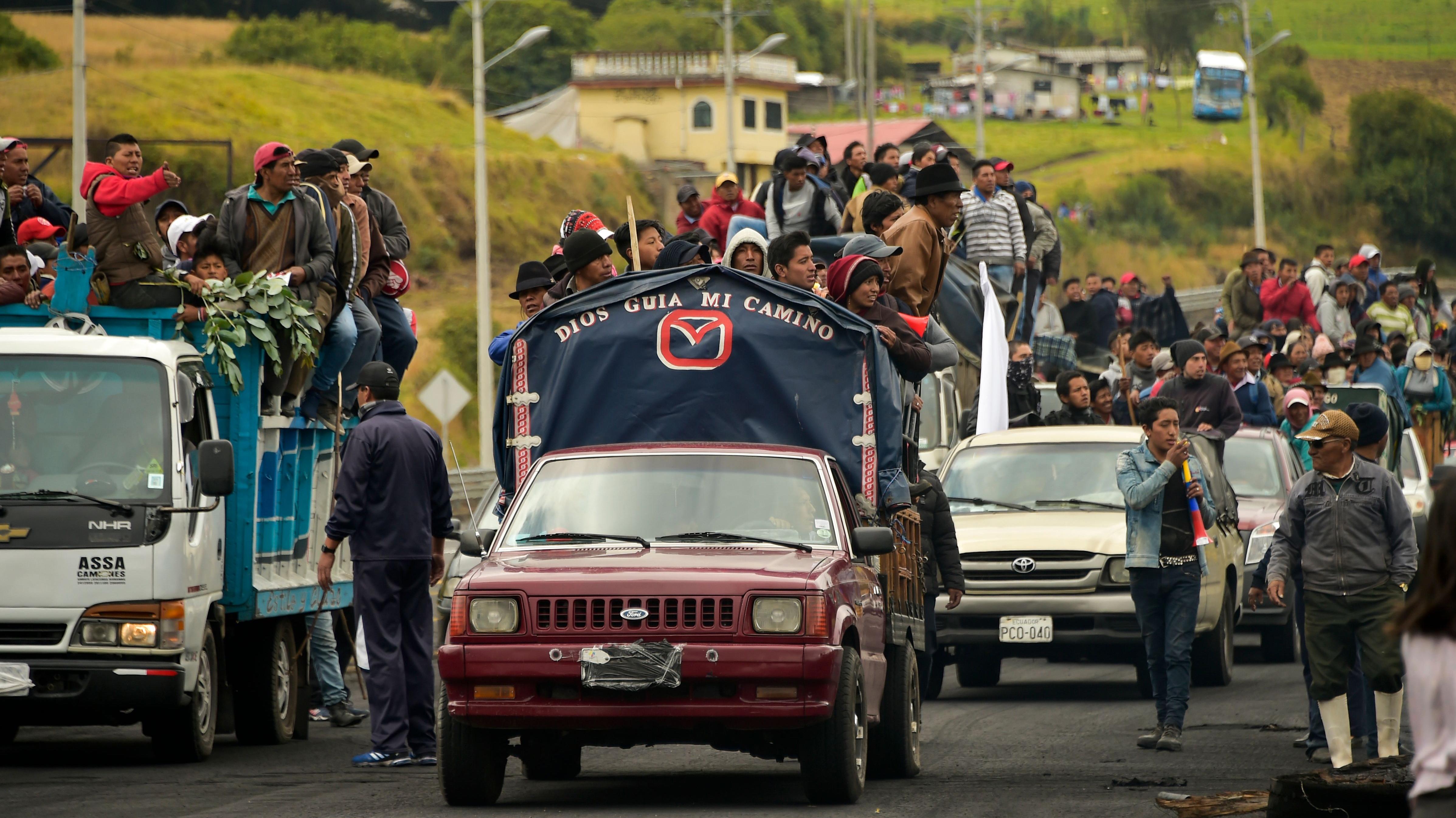 Indígenas y campesinos marchan rumbo a Quito para protestar por alza de combustibles