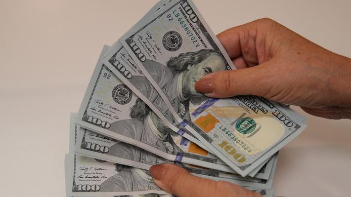 Dólar opera a la baja esta mañana en medio de expectativas de acuerdos parciales entre China y EE.UU.
