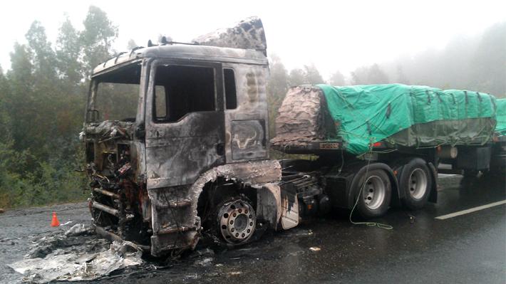 Nuevo ataque incendiario en La Araucanía: Queman dos máquinas agrícolas y un camión