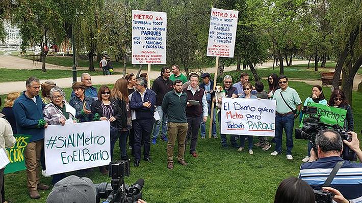 Vecinos de Las Condes protestan en rechazo a construcción de estación de Metro al interior del Parque Araucano