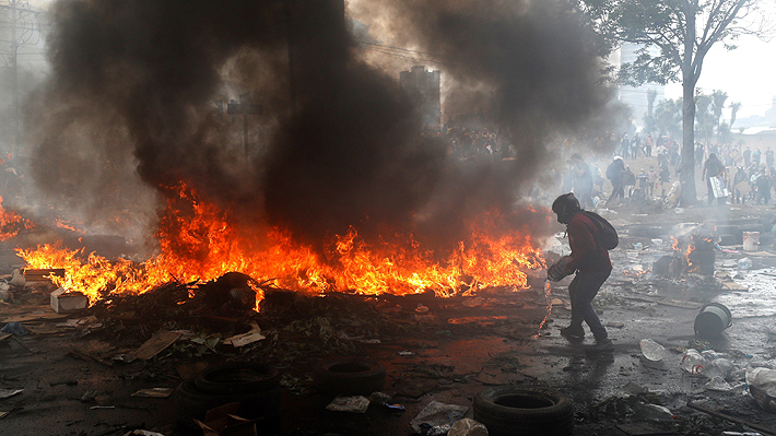 Crisis en Ecuador vive una de sus jornadas más violentas con quema de Contraloría, retención de policías y toque de queda