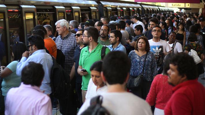 Evasión masiva de estudiantes por alza en pasajes obligó a cerrar cinco estaciones de Metro