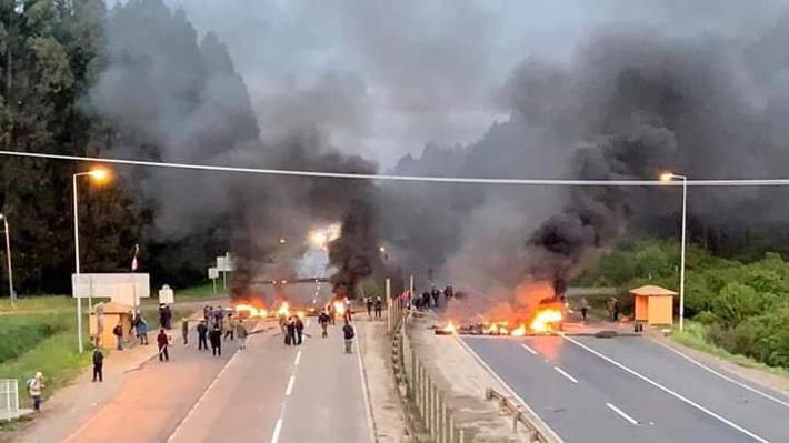 Pescadores artesanales protestan con barricadas por cuota de extracción de sardina y anchoveta en el Biobío y Valdivia
