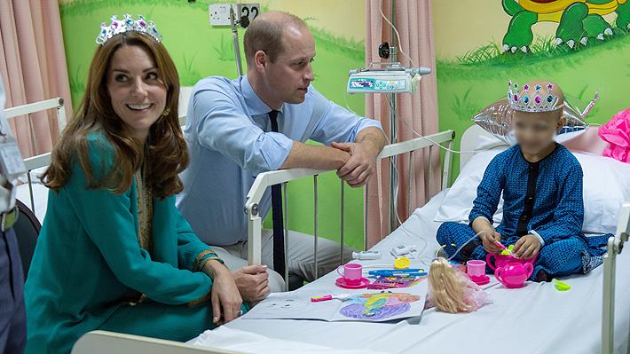Duques de Cambridge visitan hospital para niños en Pakistán en el que también estuvo Diana poco antes de morir
