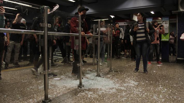 Evasiones masivas en el Metro: Las frases políticas que han surgido frente a las protestas por el alza de pasajes