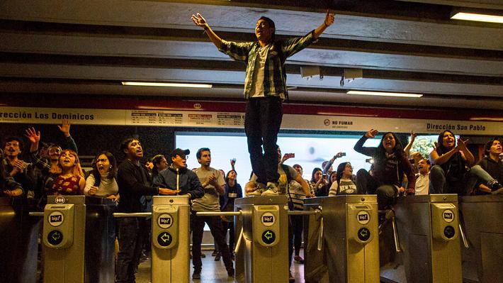 ¿Mano dura o revertir alzas? El debate ante la tensión por las evasiones masivas en el Metro