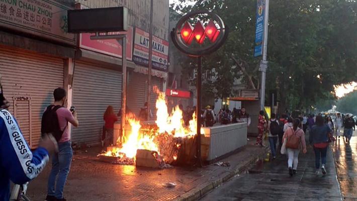 La intensa jornada que se vivió en la Región Metropolitana tras fuertes protestas por el alza de pasajes del transporte