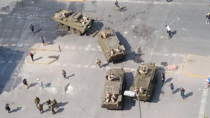 Estado de emergencia: Militares llegan con tanquetas a Plaza Italia y Transantiago suspende todo el servicio en superficie