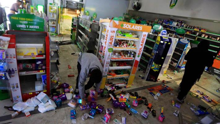 """Supermercados y locales comerciales cierran """"en resguardo de clientes y trabajadores"""" tras saqueos en medio de protestas"""