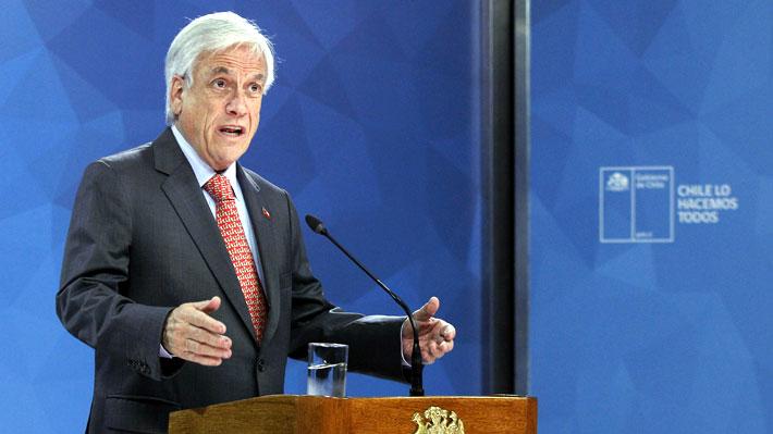 """Presidente Piñera suspende alza de tarifa de Metro, pero condena """"brutal violencia delictual"""" en manifestaciones"""