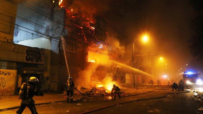 Intendencia confirma que incendio que afectó a supermercado de San Bernardo durante saqueos dejó al menos tres fallecidos