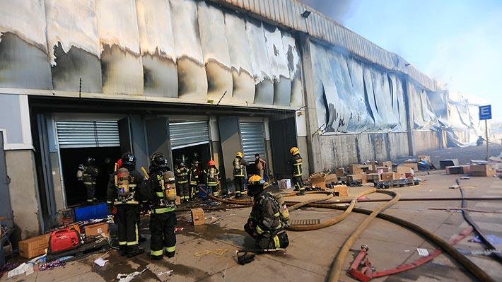 Bomberos confirma cinco fallecidos en incendio de fábrica de ropa en Renca