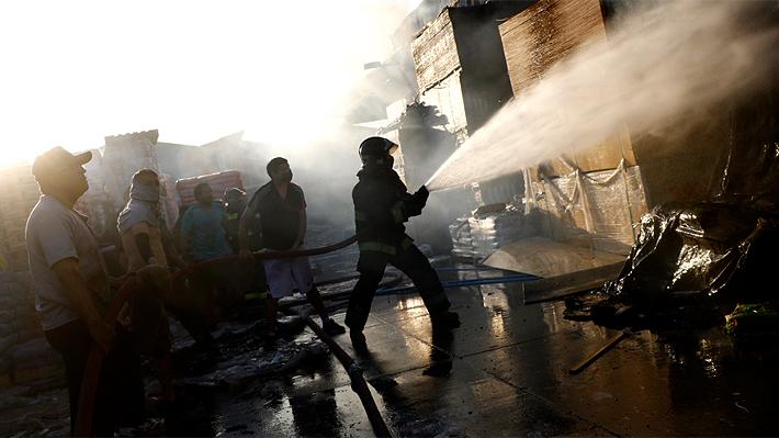 Encuentran dos cuerpos tras incendio en Construmart de La Pintana: Número de fallecidos aumenta a 10