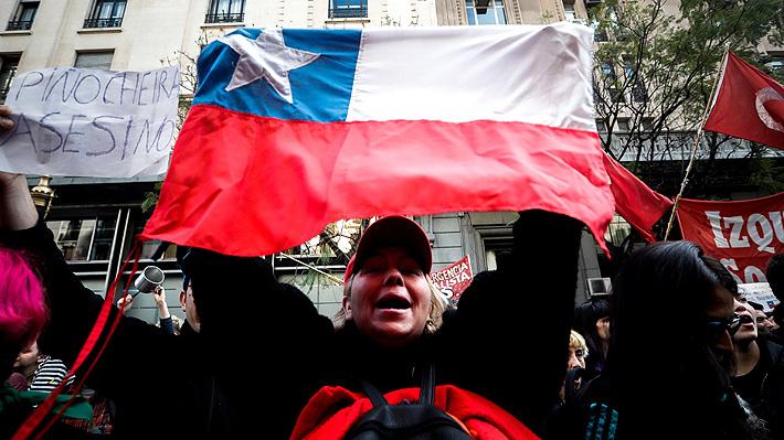 Centenares de chilenos llegan al consulado en Buenos Aires a manifestarse