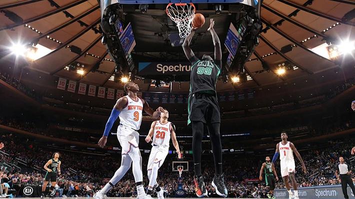 Revisa las imágenes y videos del gigante de 2,26 metros que debutó en la NBA y que la clava casi sin saltar