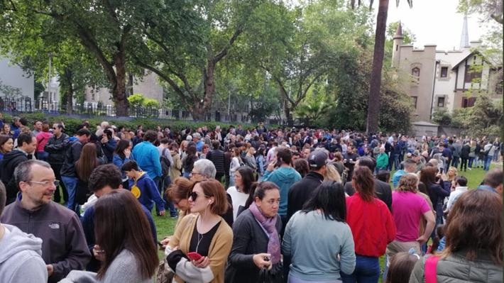 Argentinos en Chile llegan en masa a votar al consulado en la elección presidencial