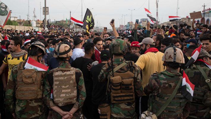 Decretan toque de queda en la capital de Irak a raíz de las masivas manifestaciones
