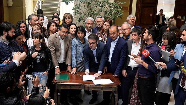 Frente Amplio presenta acusación constitucional contra Chadwick con firmas de todas las bancadas de oposición