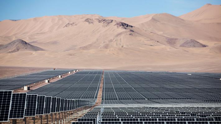 """La realidad de las energías renovables en Chile y qué tan cerca está de su objetivo de ser """"carbono neutral"""" para 2050"""