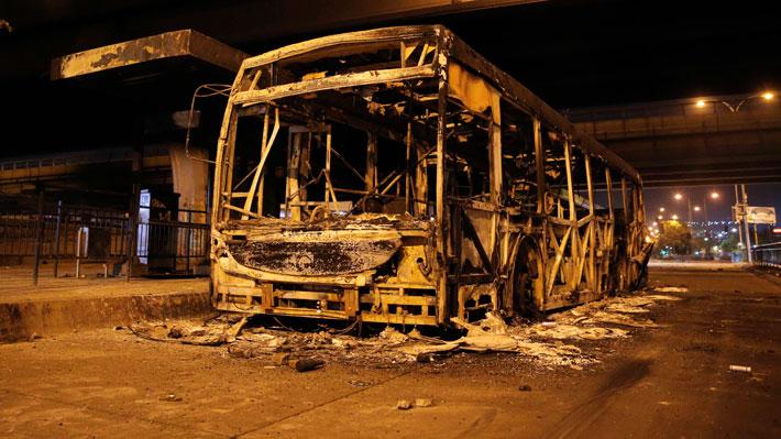 El negativo balance de Transantiago durante las movilizaciones: 25 buses quemados y 113 conductores agredidos