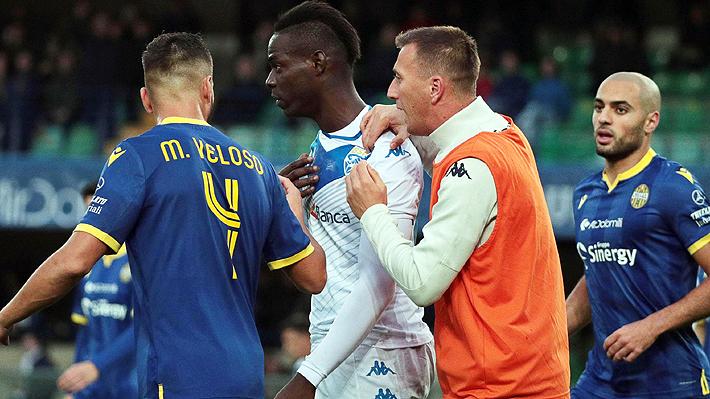 Video: Balotelli amenazó con abandonar la cancha y lanzó un pelotazo a las gradas por cánticos racistas