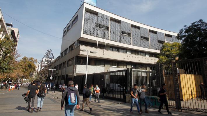 Municipalidad de Santiago oficializa cierre del año escolar para el Instituto Nacional y el Internado Barros Arana
