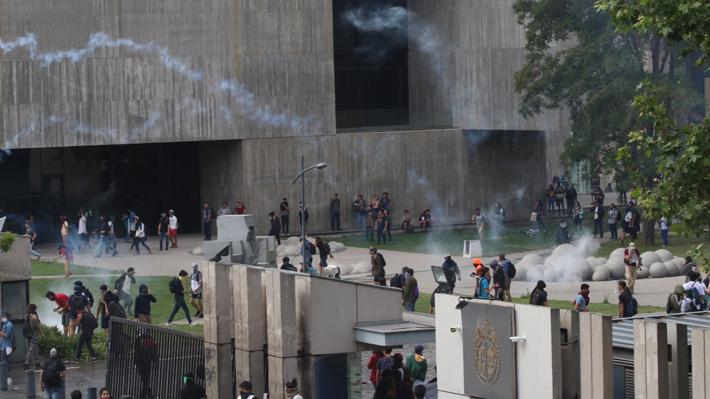 """PUC condena """"violencia de Carabineros"""" tras protesta en Campus San Joaquín y lamenta desmanes en Casa Central"""