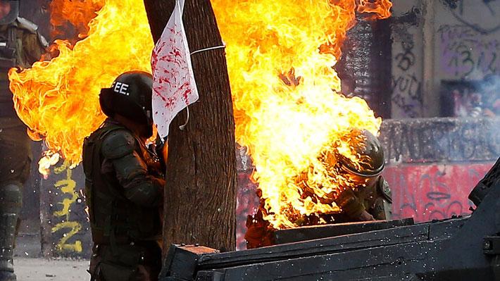 Carabineras heridas con bomba molotov seguirán en la UTI: una de ellas tiene compromiso en vía respiratoria
