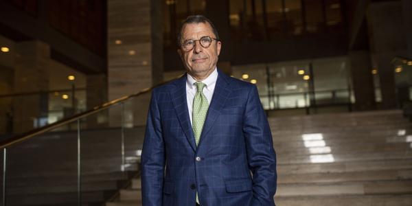 """Sebastián Edwards aborda situación en Chile: """"La economía es un desastre y dólar va a subir mucho más"""""""