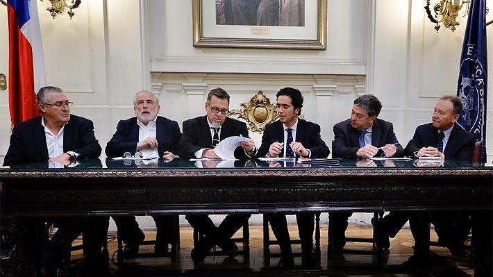 """Hacienda y oposición firman acuerdo por reforma tributaria: """"Es fundamental para recuperar el crecimiento"""""""