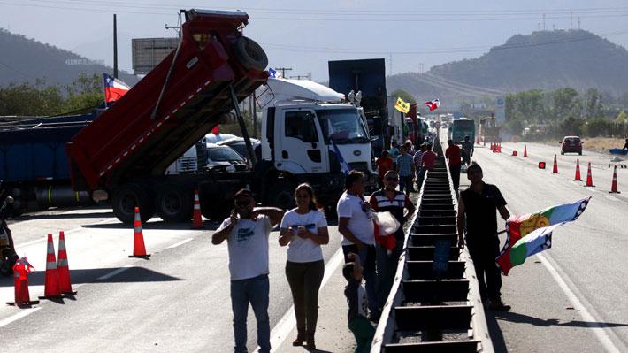 Camioneros se manifiestan en Costanera Norte con dirección al sector oriente: Se registra alta congestión