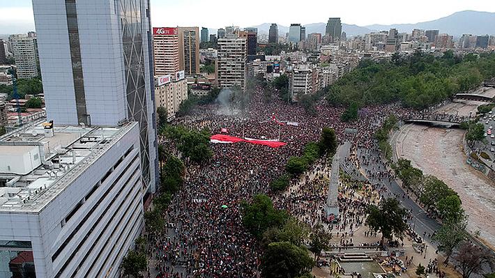Miles de manifestantes se congregan nuevamente en Plaza Italia y Metro cierra estaciones cercanas