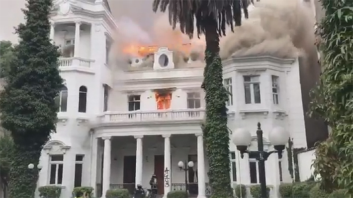 Encapuchados saquean y queman sede de la Universidad Pedro de Valdivia en las cercanías de Baquedano