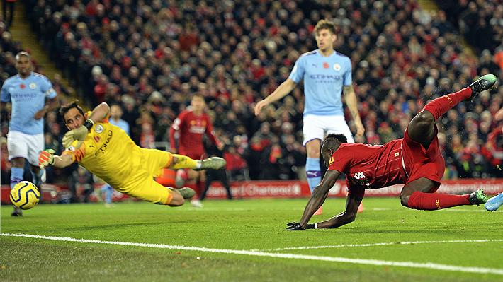 Con complicidad de Bravo en uno de los goles, el City perdió un partido clave ante Liverpool y se aleja de la punta
