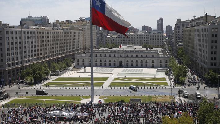 Llamado a paro nacional: Multitudinaria marcha se desplaza por la Alameda y pasa frente a La Moneda