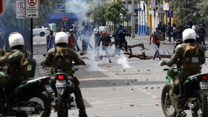Carabineros cifra en 19 los cuarteles policiales atacados y 325 detenidos por saqueos durante jornada de ayer
