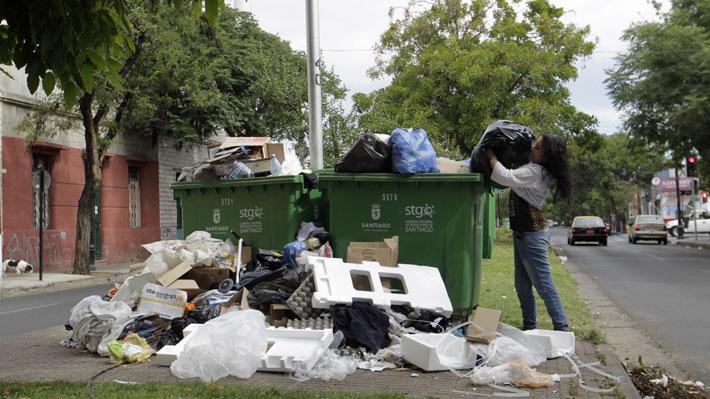 Autoridad sanitaria alerta que 42 comunas de la RM son afectadas por paro de recolectores de basura