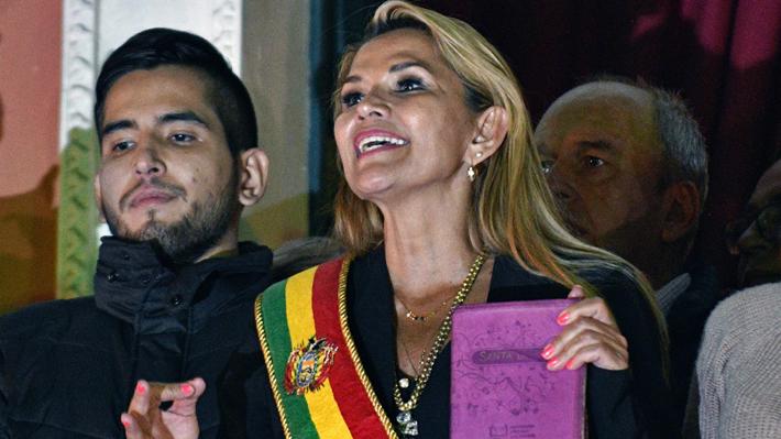 Los gestos a los que ha recurrido Jeanine Áñez para diferenciarse de Evo Morales en la presidencia de Bolivia
