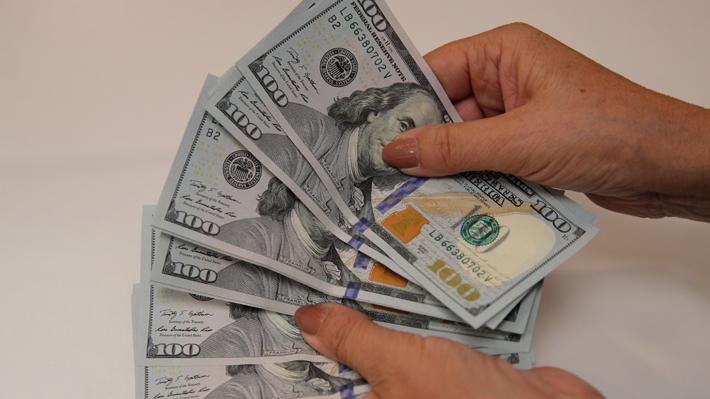 Dólar anota tercer máximo histórico consecutivo pese a medidas del Banco Central: Se consolidó sobre $800